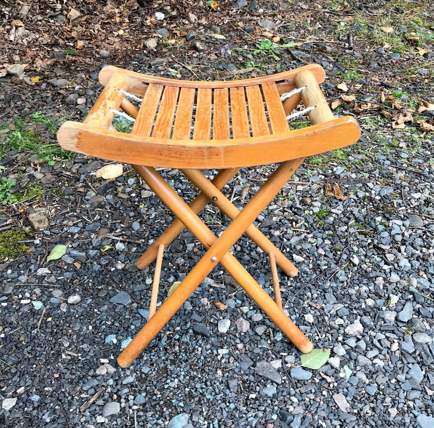Retro Folding Stool Makeover | Before + After | Budget-friendly Furniture Makeover Vintage Upcycle Spray Paint Makeover #furnituremakeover #spraypaint #vintage