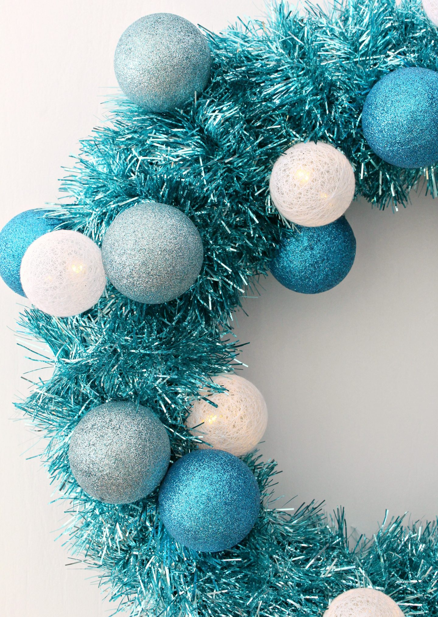 DIY Tinsel Wreath with Retro Vibes #diychristmas #tinsel #tinselwreath #retrochristmas