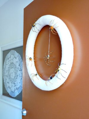 DIY YARN WRAPPED SPIDER WREATH FOR HALLOWEEN