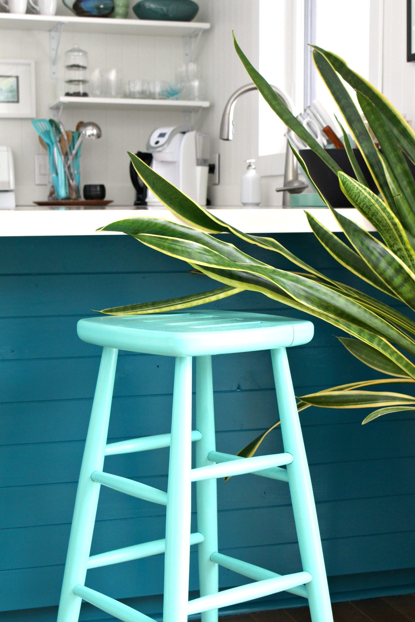 Turquoise Lacquer Stool Makeover   Rust-Oleum Speciality Lacquer Turquoise Review #lacquerpaint #furnituremakeover #upcycle #spraypaint #rustoleum