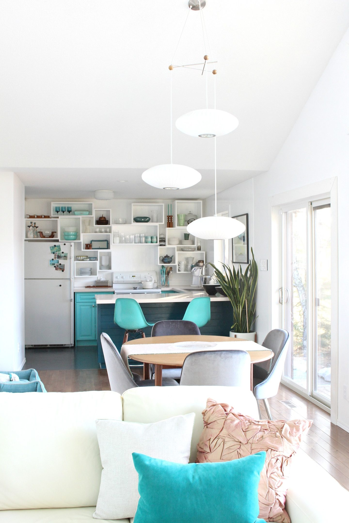 Teal kitchen with no upper cabinets and wall cubbies instead of open shelving for easy kitchen organization that looks unique! Love this kitchen ideas and the teal lake house kitchen decor. #openshelving #lakehouse #kitchen #cubbiesdiy